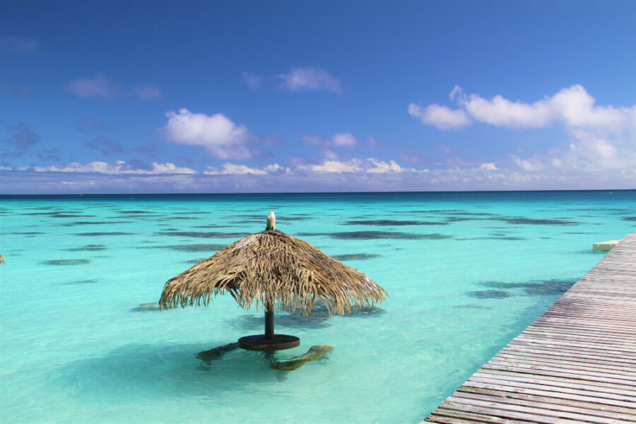 une paillote au paradis dans un lagon turquoise