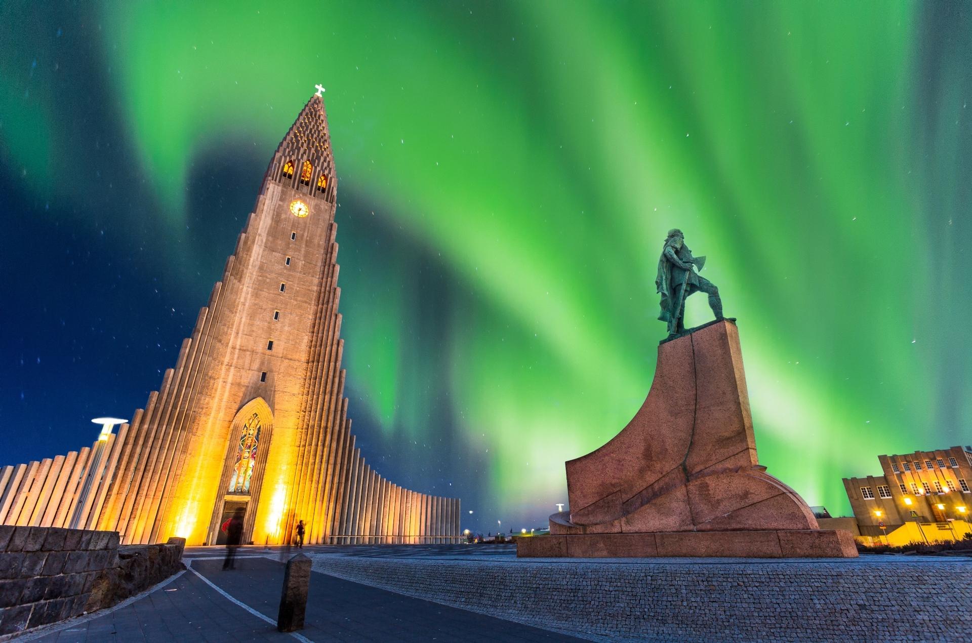 aurores boreales sur l'église hallgrimskirkja