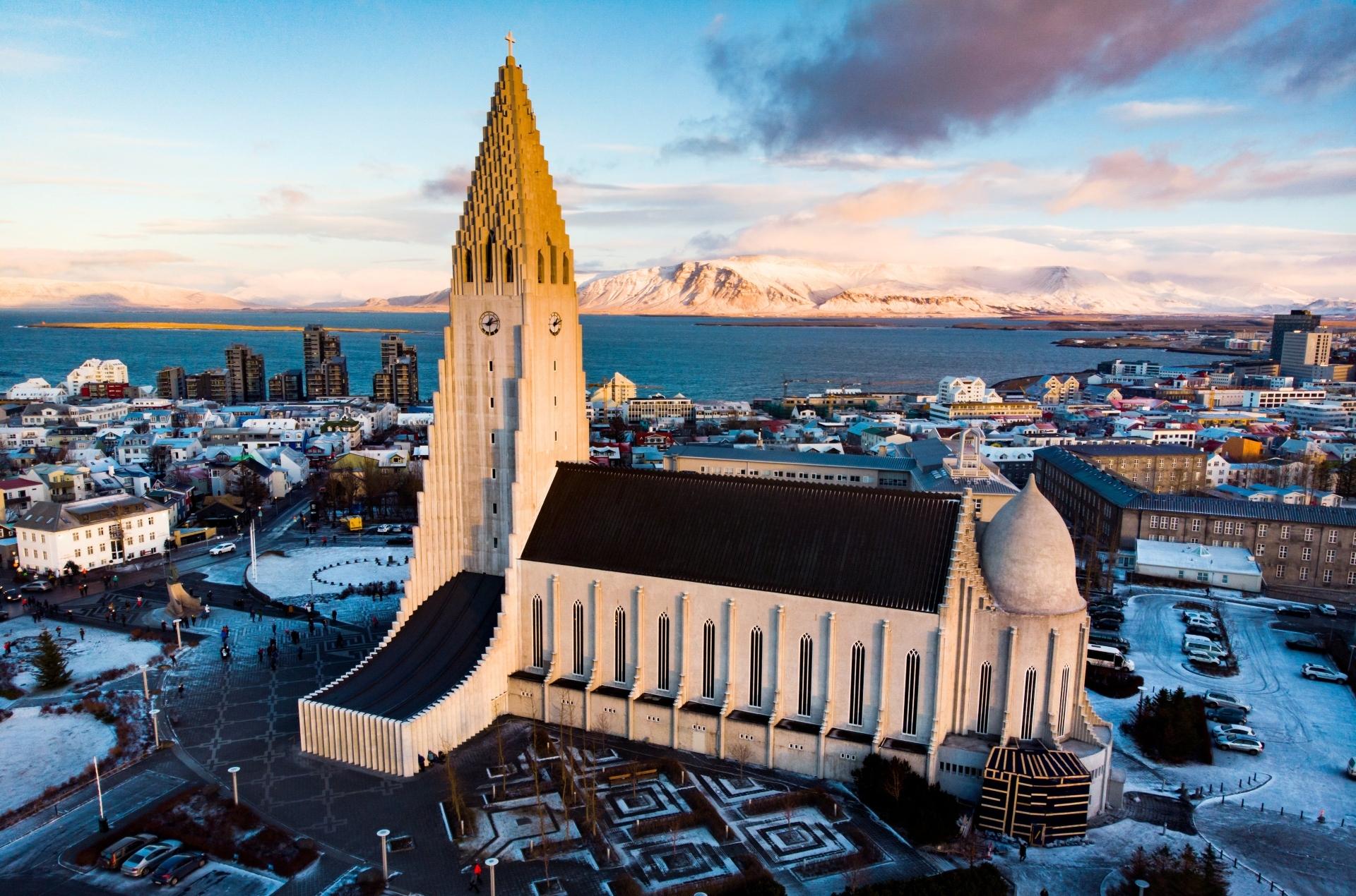 vue aérienne sur l'eglise hallgrimskirkja à Reykjavik