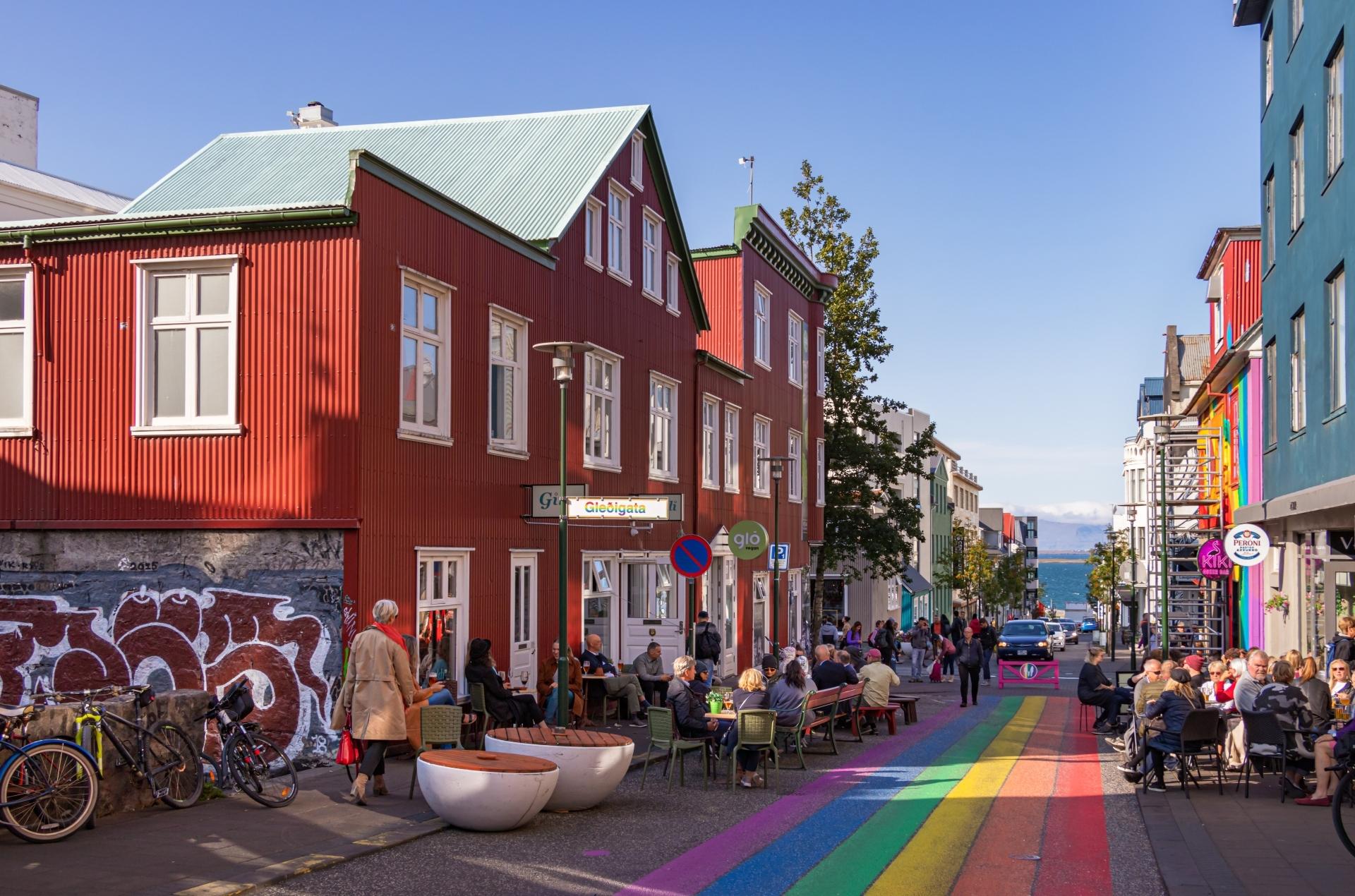 La rue Klapparstigur avec la fierté gay peint couleurs arc-en-ciel en Islande